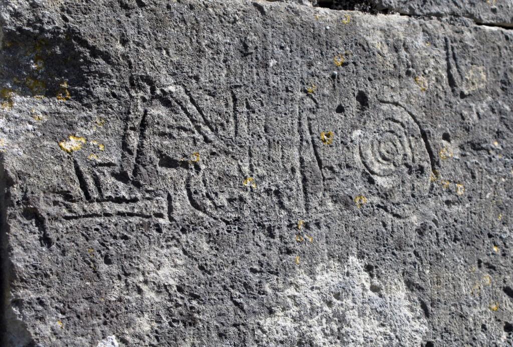 8 Sur le mur de la Commanderie templière , une inscription...