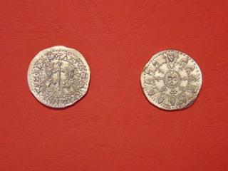 une autre création roi arthur (elles sont couleur argent, c'est le reflet qui la rend dorée) - Diamètre : 25